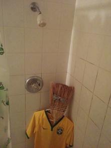 Caio pós-pós-festa, na banheira colocando umas coisas pra fora. Já aconteceu com todo mundo, não venha julgar.